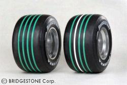 Les pneus tendres (bandes blanches) et les pneus durs