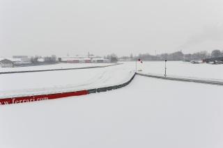 © Ferrari - Des circuits sous la neige et des pilotes qui ouvrent leurs cadeaux, c'est Noël !