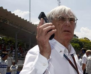 © LAT - Bernie au téléphone avec ses avocats ?