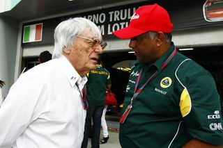 © Team Lotus (2011) - Bernie murmure difficilement à l'oreille des petites équipes