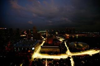 © GEPA - Red Bull - Si la piste éclairée attire les regards des spectateurs, en coulisses, les affaires vont bon train.