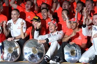 © McLaren - Button célèbre sa victoire acquise à Melbourne avec toute son équipe