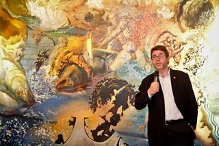 © Ciampini - Salvador Servia devant un tableau de... Salvador Dali !