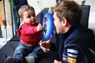 © Getty Images - Pendant ce temps, Vettel signe des autographes et un nouveau contrat