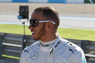 © L. Lefebvre / Fan-F1 - Hamilton a le sourire après avoir signé la pole devant ses fans
