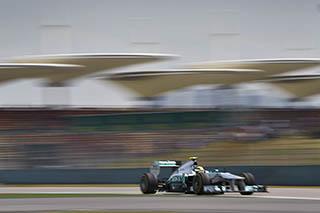 © Mercedes - Lewis Hamilton s'élance depuis la pole position à Shanghai