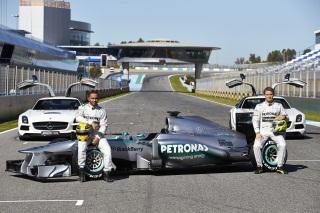 © Mercedes - Hamilton et Rosberg prennent la pose devant leur monture pour 2013
