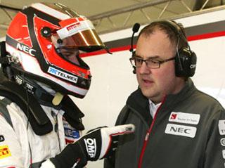 © Sauber F1 - Tom McCullough en discussion avec Nico Hülkenberg