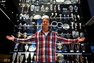 © Getty - Sebastian Vettel devant la vitrine des trophées de Red Bull avant le cambriolage