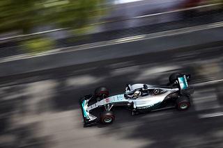 Mercedes hamilton devance rosberg dans les rues de for Garage mercedes monaco