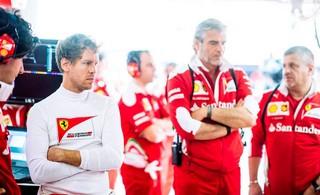 Vettel, Arrivabene et toute l'équipe Ferrari dos au mur ce soir à Barcelone.