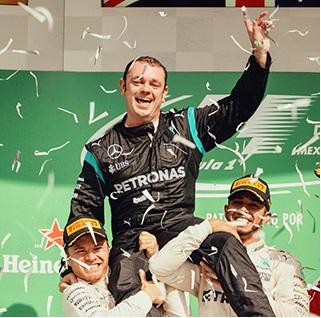 Tony Walton, coordinateur des pièces détachées Mercedes, est porté en triomphe après 17 ans passés sur les pistes