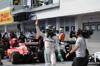 © Mercedes - Rosberg signe une pole position chanceuse