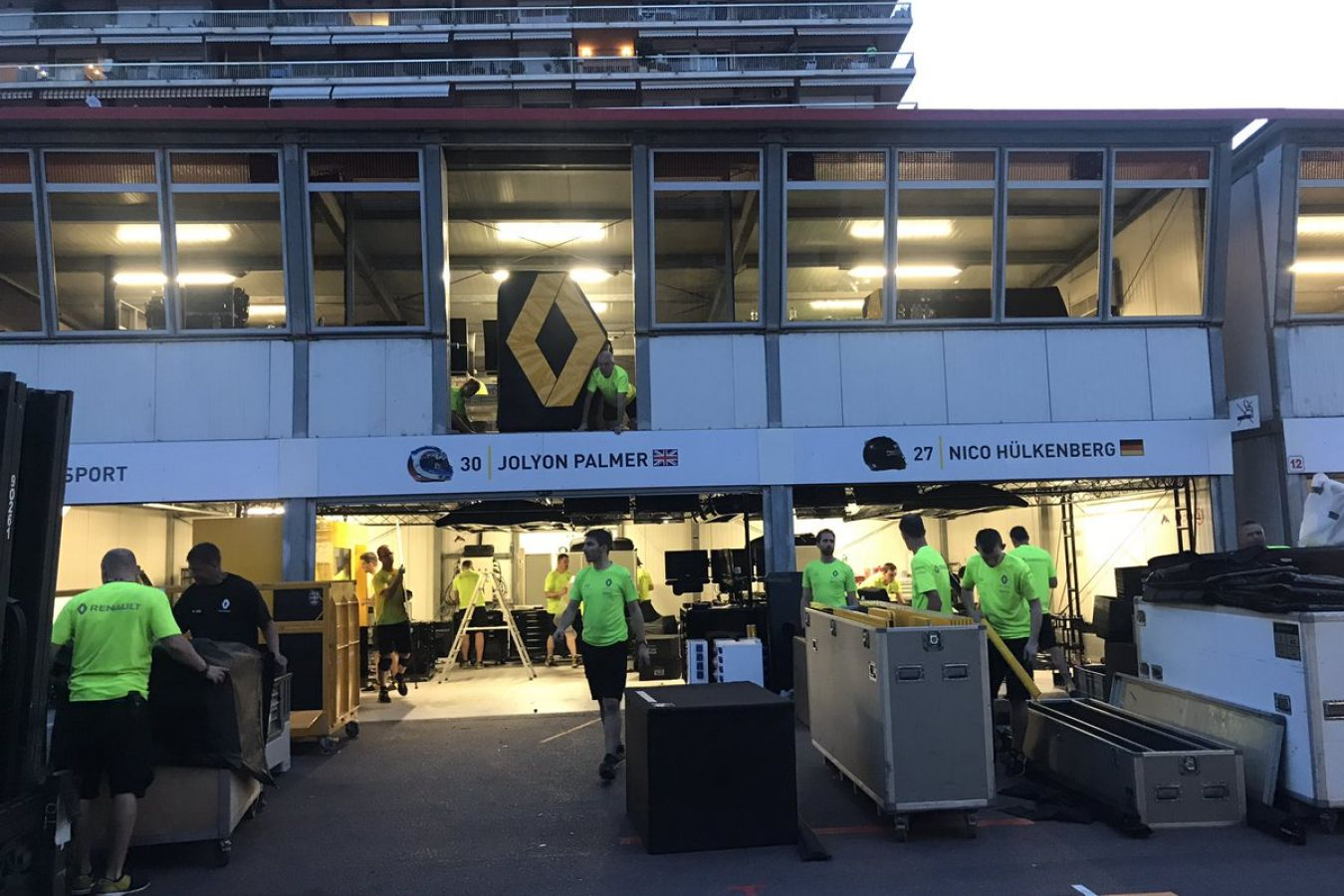 © Renault - Le garage Renault après le GP