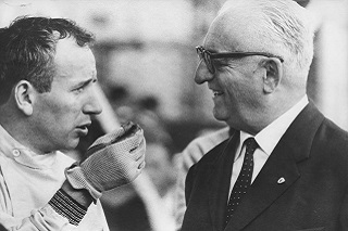 © DR - John Surtees et Enzo Ferrari en grande discussion