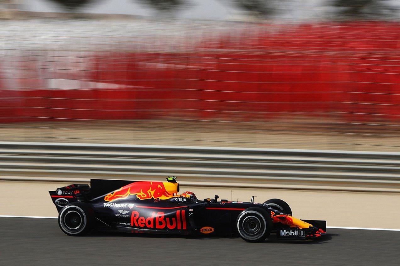 © Red Bull - Verstappen devant, avant la tombée de la nuit à Bahreïn