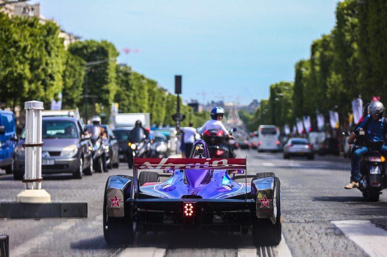 © DS Virgin - De l'électricité dans le ciel de Paris.