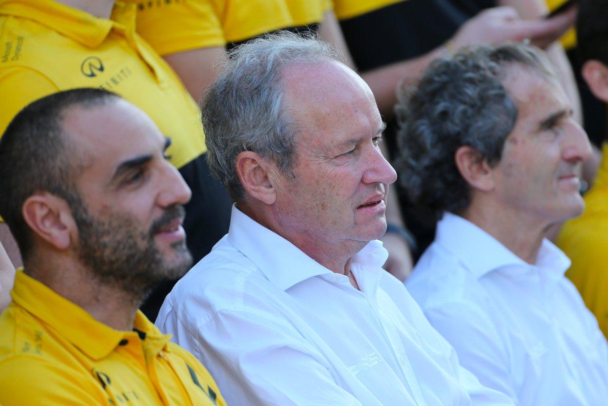 © Renault- Jérôme Stoll entre Cyril Abiteboul et Alain Prost lors d'une photo d'équipe