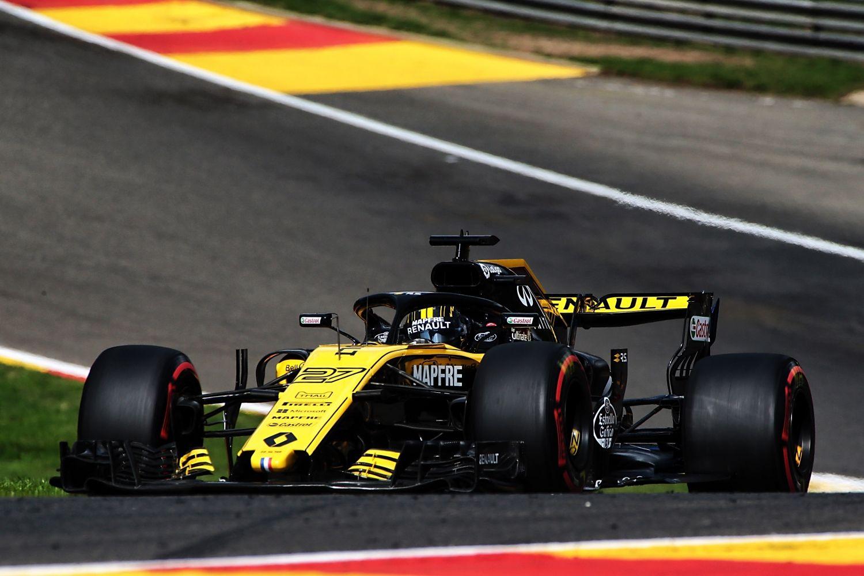 Renault sur une pente ascendante