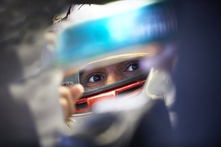 © Mercedes - Hamilton a le regard bleu, blanc, rouge
