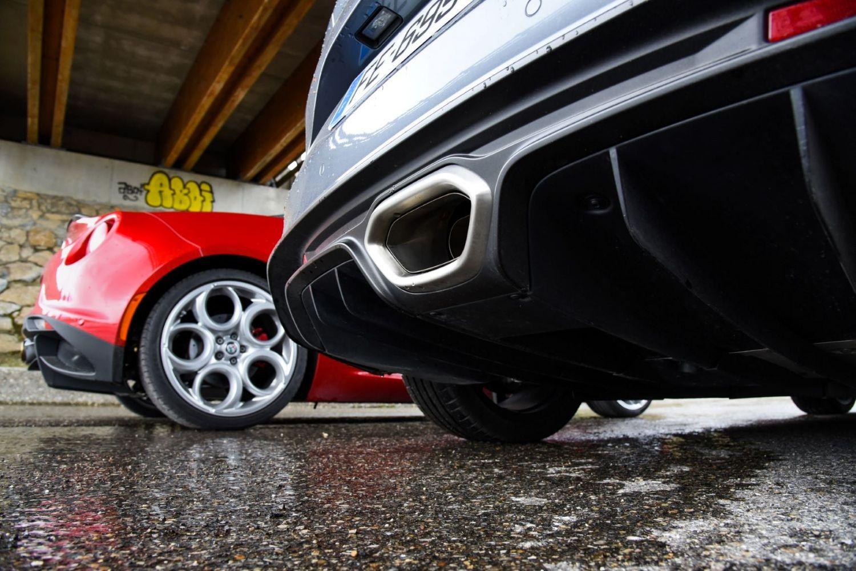 La Renault Alpine A110 vue de dos et l'Alfa Roméo 4C en fond