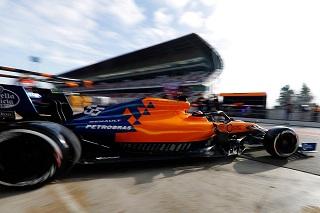 © McLaren - Carlos Sainz sort de son garage lors des essais hivernaux de Barcelone