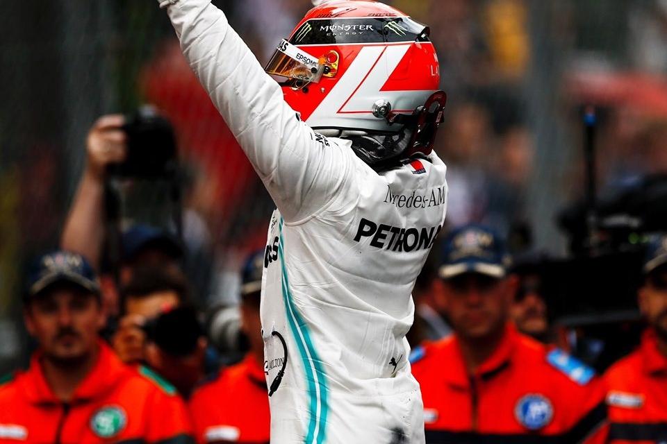 © Mercedes - Porté par les couleurs de Niki Lauda sur son casque, Lewis Hamilton empoche le Grand Prix !