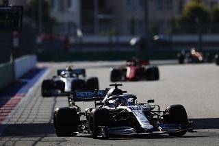 © Mercedes - Hamilton profite de la stratégie douteuse de Ferrari