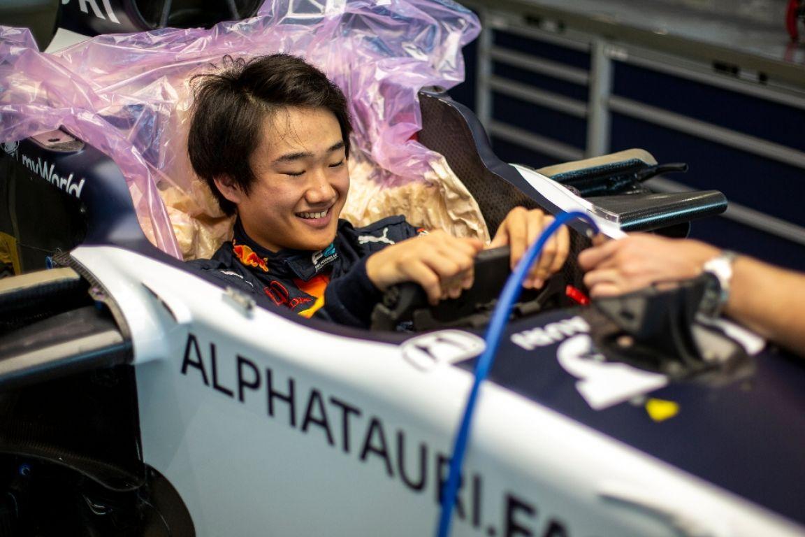 © AlphaTauri - Tsunoda en train de mouler son baquet dans l'AT01