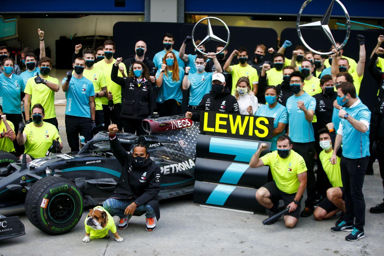 © Mercedes - Hamilton avec son équipe pour fêter le titre pilote