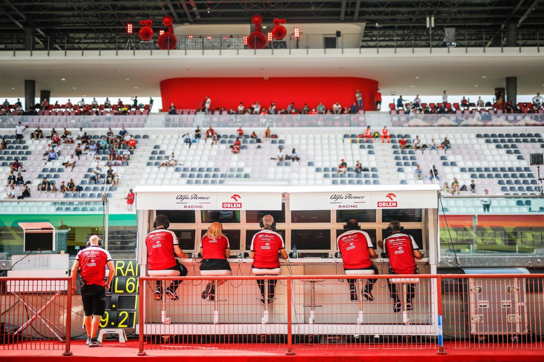 © Alfa Romeo / DPPI - Les ordinateurs sur les murets des stands