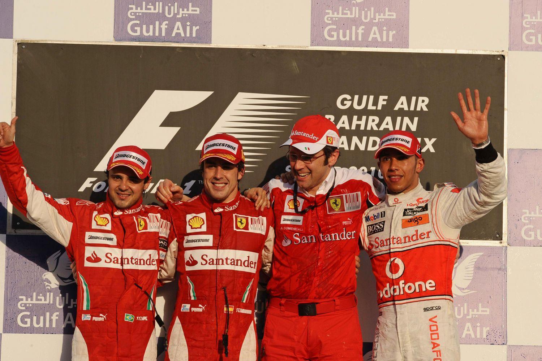 Première course et première victoire pour Alonso avec Ferrari. Avec lui sur le podium, Felipe Massa et Lewis Hamilton