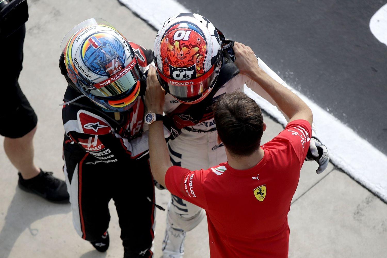 Romain Grosjean et Charles Leclerc félicitent Pierre Gasly après sa victoire à Monza !