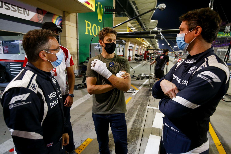 © Haas - Romain Grosjean à Bahreïn avec le docteur Ian Roberts et le pilote de la voiture médicale