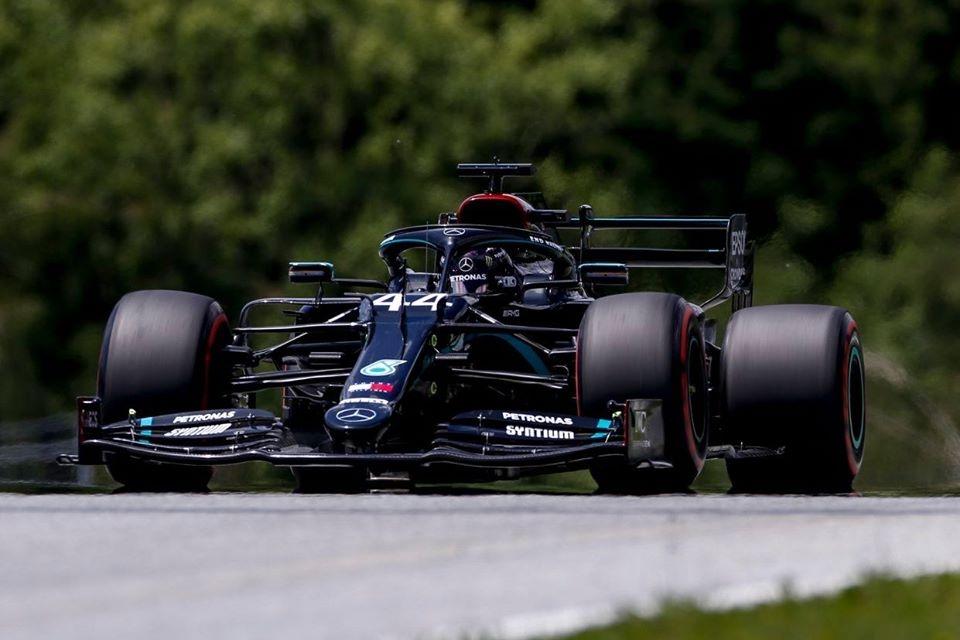 © Formule 1 - Hamilton devant lors des EL2 du Grand Prix d'Espagne
