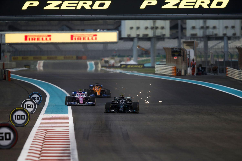 Une Mercedes, Mclaren et Racing Point dans la ligne droite à Abu Dhabi