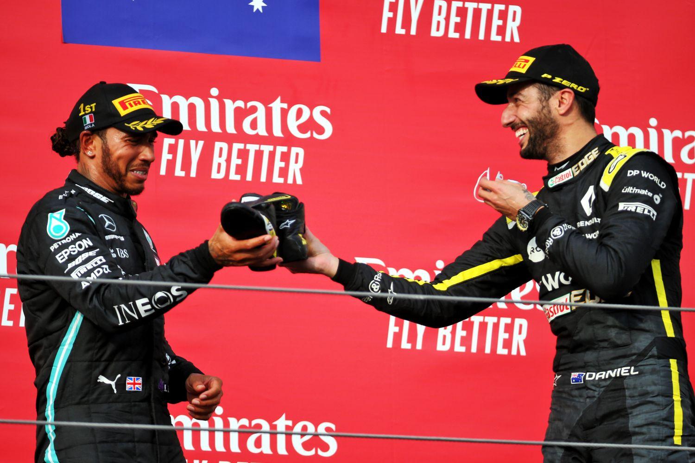 Ricciaro partageant son shoey avec Lewis Hamilton en 2020