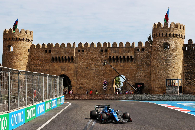 Alonso devant le chateau dans la vieille ville de Bakou pendant la course