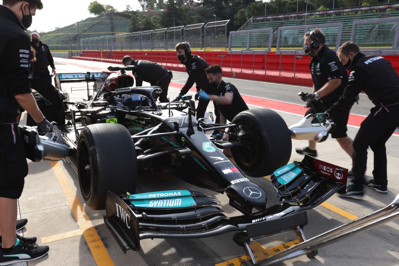 Bottas dans les stands avec les pneus 18 pouces