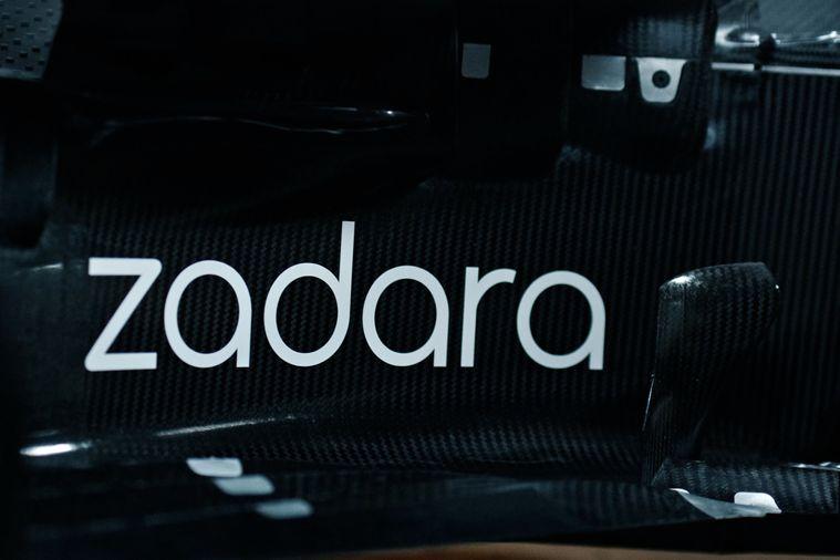 Le logo Zadara sur le Carbon du Capot de la C41