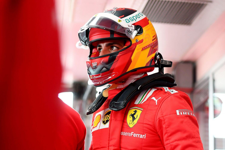 Carlos Sainz en rouge