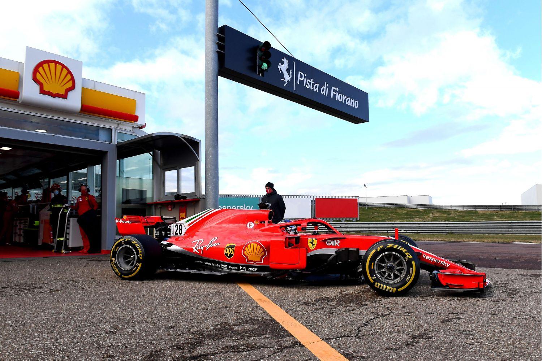 © Ferrari - Giuliano Alesi devant la sortie du garage Ferrari à Fiorano, sponsorisé par Shell