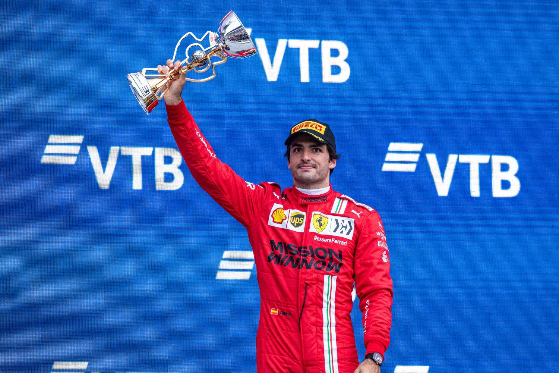 Carlos Sainz brandissant son trophée de 3ème sur le podium du Grand Prix de Russie 2021.