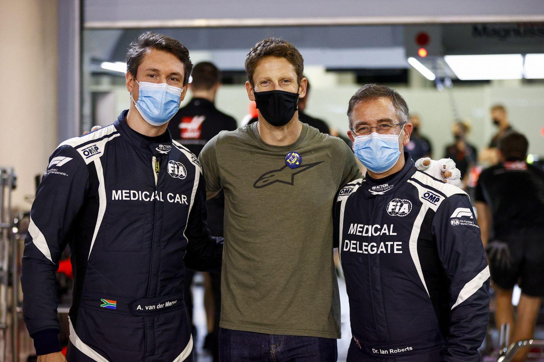 Romain Grosjean après son terrible accident en 2020 avec le pilote de la Medical Car Alan van der Merwe et le docteur Ian Roberts