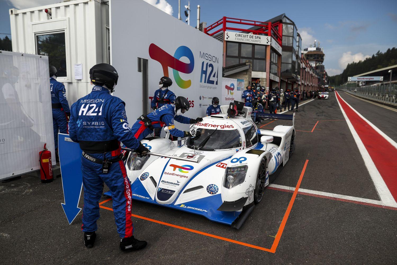 Le prototype H24 en plein ravitaillement dans la pit lane du circuit de Spa-Francorchamps.