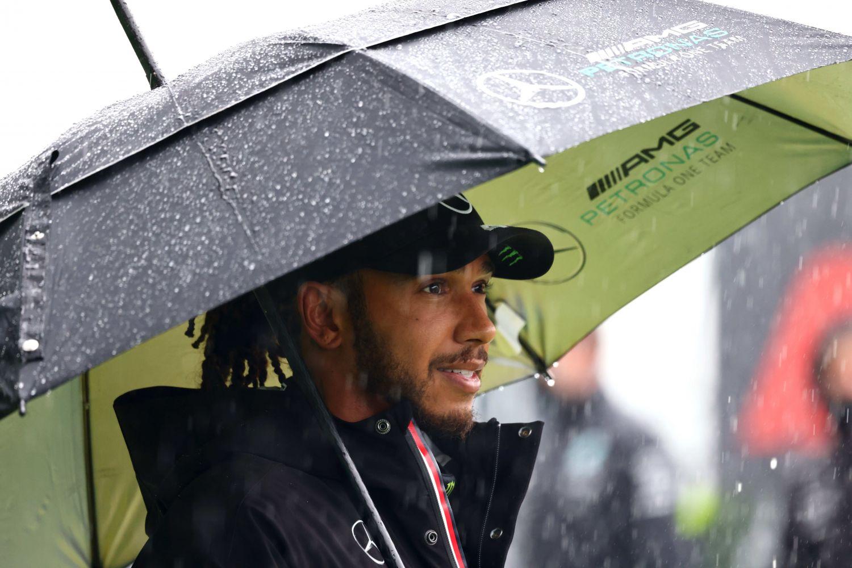 Hamilton attendant le début du Grand Prix de Belgique