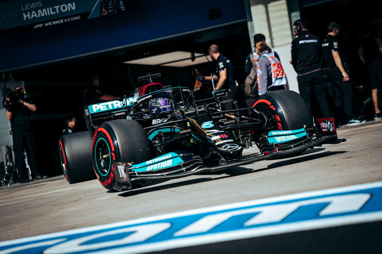 Lewis Hamilton reste en tête du classement des temps en Essais Libres 2