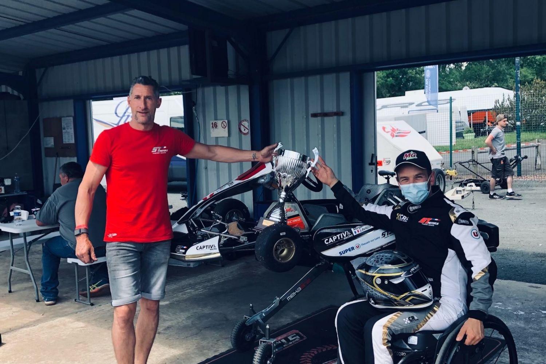 Morgan et de Thierry Savard avec la coupe de champion Handikart 2021
