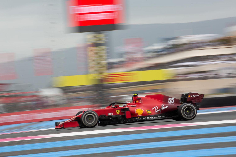 Carlors Sainz au volant de sa monoplace dépourvue des logos Mission Winnow au circuit Paul-Ricard