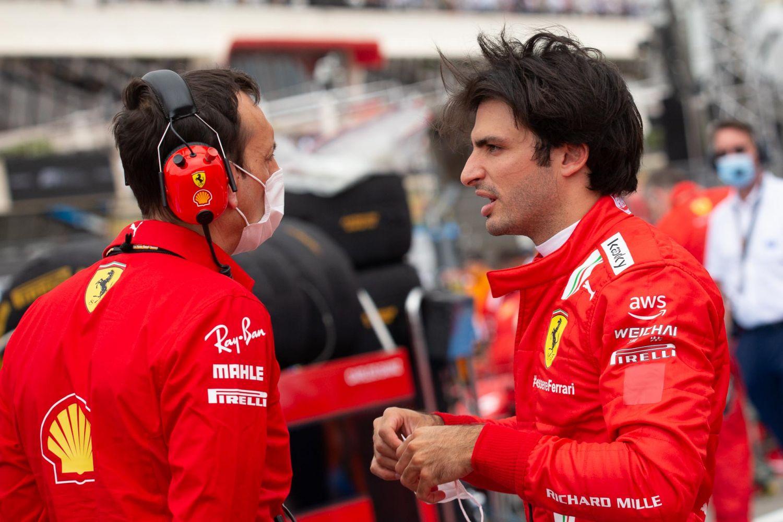 La tenue de Carlos Sainz et des autres membres de l'équipe est également modifiée